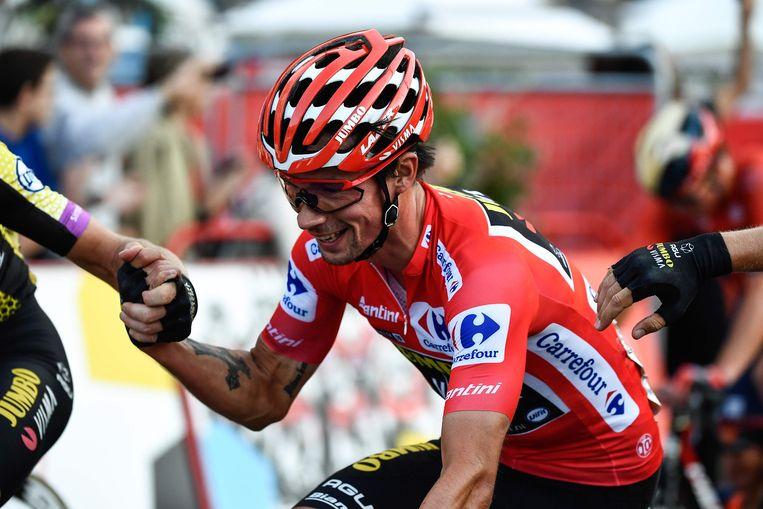 Primoz Roglic wordt gefeliciteerd door zijn teamgenoten tijdens de laatste Vuelta-etappe. Beeld AFP