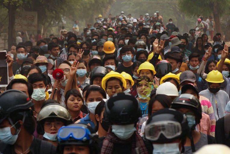 De straten in Myanmar lopen vol met betogers. Beeld AFP