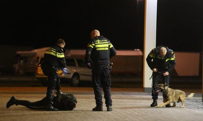 De arrestatie van een van de verdachten bij De Lucht langs de snelweg A2.