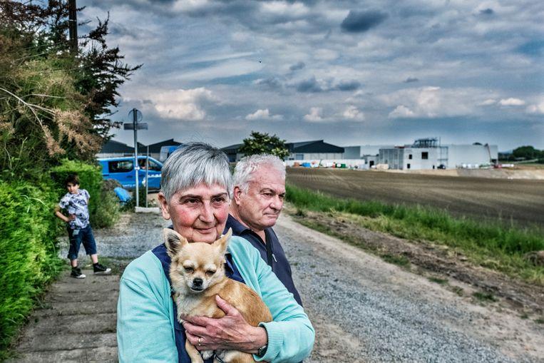 Nicole Carlier en Francesco Baldacci willen niet dat hun huis straks in de schaduw van een grote aardappelverwerkingsfabriek komt te liggen. Beeld Tim Dirven