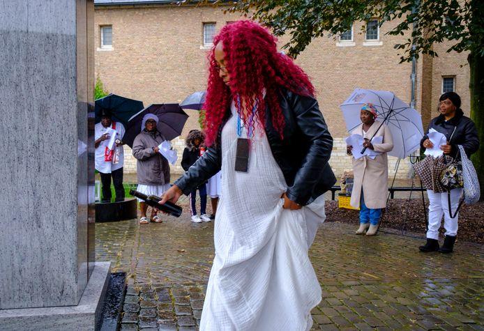 Het Vlissingse raadslid Angelique Duijndam brengt een plengoffer bij het Slavernijmonument aan de Middelburgse Balans.