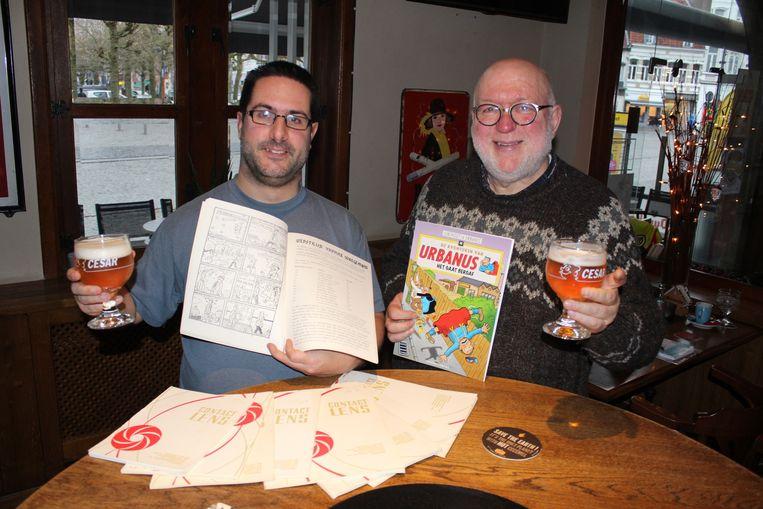 Verzamelaar Gerry Van Laer en striptekenaar Willy Linthout toosten met een Cesarbier op de ontdekking van de oude striptekeningen.