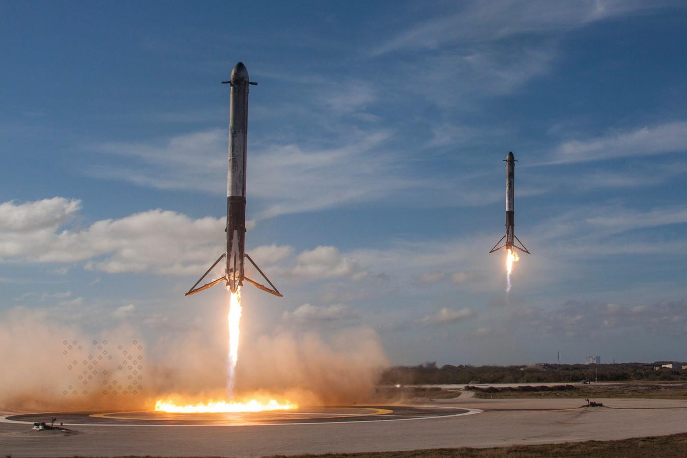 De boosters van de Falcon Heavy landden weer mooi op de grond, klaar voor hergebruik.