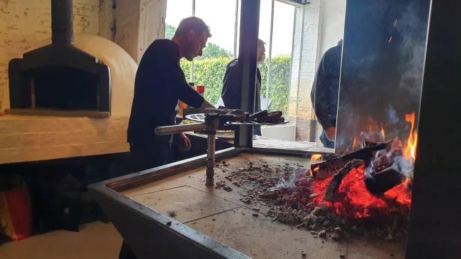 Leerlingen VITO schenken open vuurplaats aan grillmasters Kevin en Nick van Zouterover
