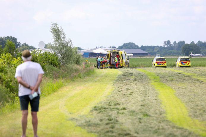 Parachutist landt ongelukkig op hek bij camping naast vliegveld Teuge.