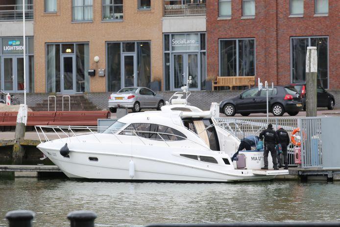 Archiefbeeld ter illustratie: Agenten doorzoeken het jacht in de Scheveningse haven, dat vol lag met drugs.