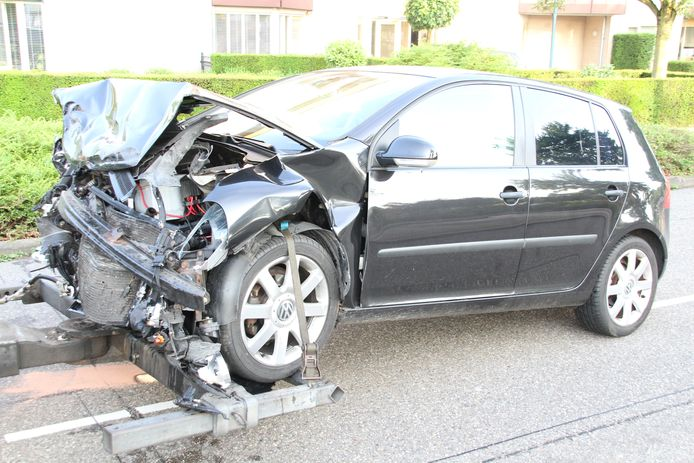 Beide auto's zijn bij de botsing zwaarbeschadigd geraakt.