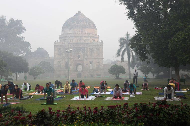 Yoga-fans in de Lodhi-tuinen in Delhi.  Beeld AFP
