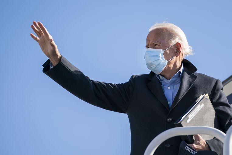 Joe Biden gaat aan boord van zijn campagnevliegtuig op New Castle Airport, Delaware. Beeld AFP