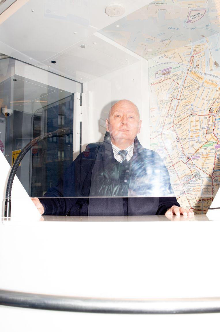Roy Peters achter de servicebalie in lijn 13. Beeld Marjolein van Damme