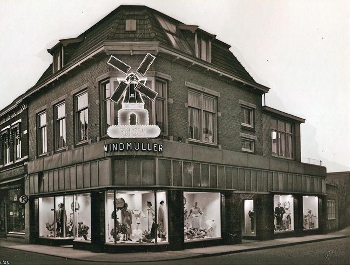 Voorgevel van de goedlopende kledingzaak van Mirjam Schwarz' opa Jos in het centrum van Winterswijk.