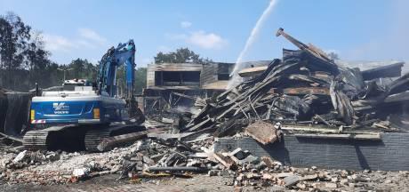 Een dag na de brand in Soesterberg trekken de rookwolken op: 'Hier schieten de tranen van in je ogen'