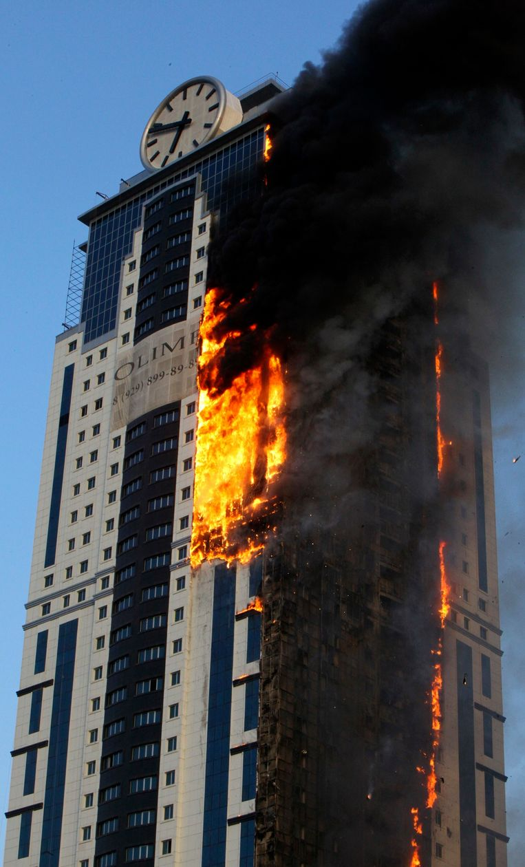 A multi-storey building, which is part of the Grozny-City complex, is seen on fire in the Chechen capital Grozny, April 3, 2013. No casualties were reported. REUTERS/Yelena Fitkulina (RUSSIA - Tags: DISASTER) Beeld null