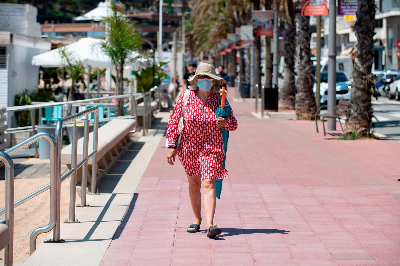 Illustration. Une femme portant un masque à Lloret de Mar.