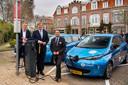 Vorig jaar werd het proefproject voor bidirectioneel laden in Utrecht geopend. V.l.n.r.: R. Berg, directeur We Drive Solar, koning Willem-Alexander en J. Pannaud, General Manager Renault Benelux.