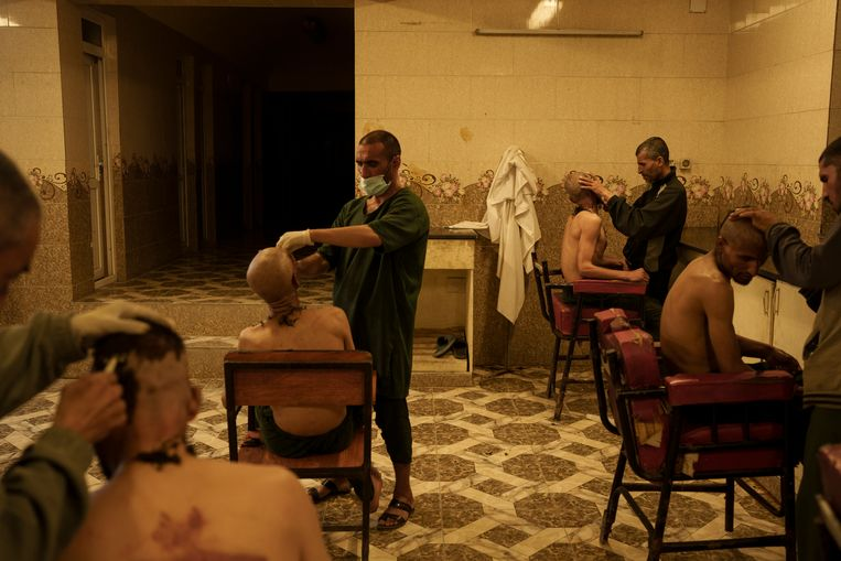 Eenmaal bij de kliniek, wordt het haar van de mannen afgeschoren. Beeld AP