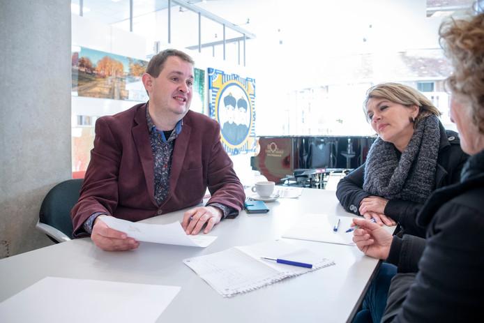 Stadsdichter Derk Postma hielp zaterdag Veenendalers bij het maken van Sinterklaasgedichten.