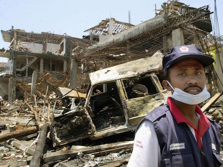 Een vrijwilliger van het Indonesische Rode Kruis bij de puinhopen na de aanslag in 2002.  Beeld AFP