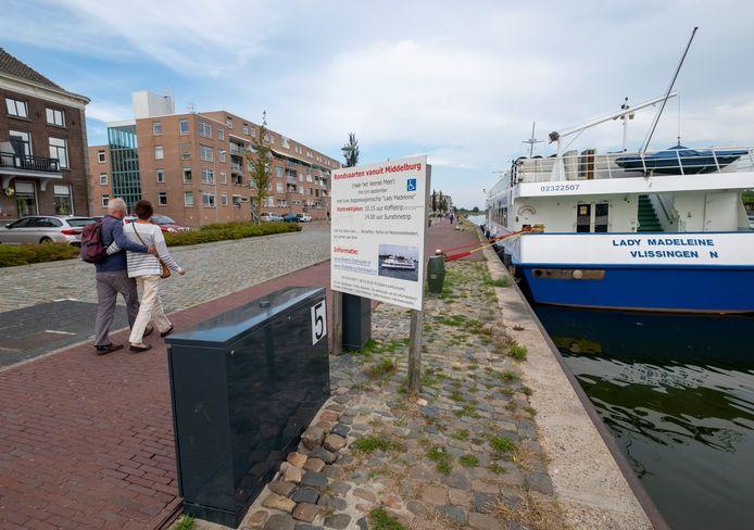 De Lady Madeleine van rederij Dijkhuizen ligt aan de Loskade in Middelburg. Het schip moet gebruikmaken van een nieuwe stroomkast die de gemeente heeft geplaatst. Maar de omdat de stekker daar niet op paste, draaide de hele zomer het aggregaat.