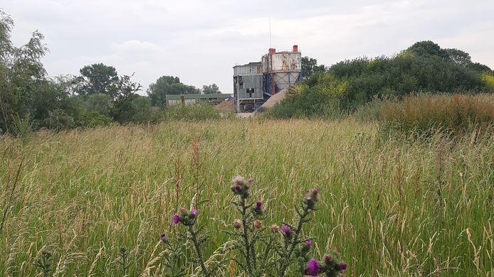 De betoncentrale aan de Maas tussen Boxmeer en Beugen.