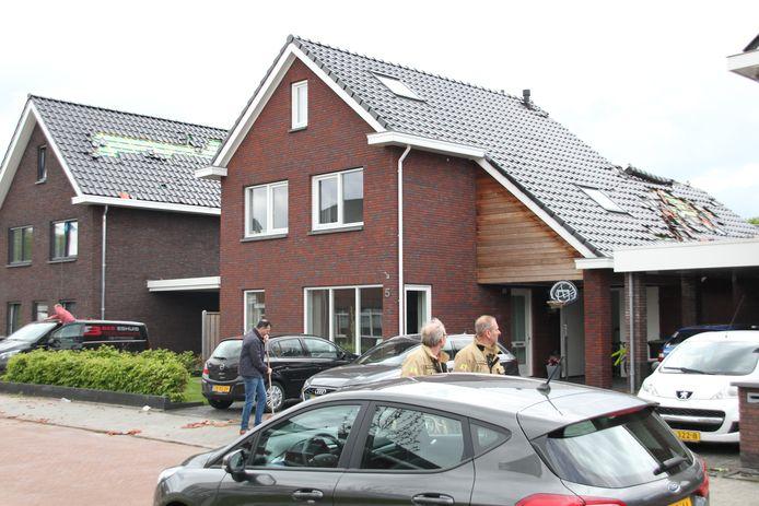 Een windhoos heeft vanmiddag een ravage aangericht in Nijverdal. Hierbij liepen de daken van 22 woningen, maar ook auto's en tuinen flinke schade op.