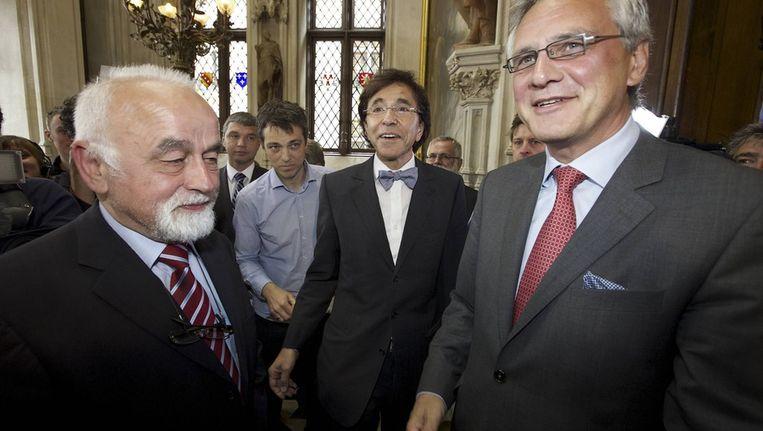 Vlaams parlementsvoorzitter Jan Peumans (N-VA), premier Elio Di Rupo (PS) en Vlaams minister-president Kris Peeters (CD&V) vanmiddag bij aankomst op het Brusselse stadhuis. Beeld BELGA