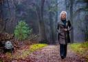 Portret van virologe Marion Koopmans wandelend door de Zeister Bossen Foto ; Pim Ras