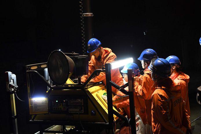 Reddingswerkers doen pogingen om vijf mijnwerkers die nog vastzitten onder de grond te redden.