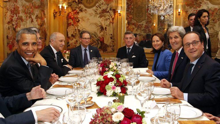 Enkele wereldleiders, waaronder de Amerikaanse president Obama (L) en zijn Franse collega Hollande (R), dineren in Parijs restaurant na de eerste dag van de klimaattop. Beeld epa