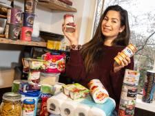 Knakworsten en soep: Serena (35) hamstert uit angst voor afsluiten Houten door coronavirus