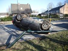 Auto belandt op z'n kop in Apeldoorn, bestuurder komt met de schrik vrij