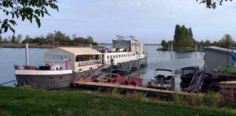 De huidige ligplaats van de hotelboot aan de Maasdijk te Ophoven.