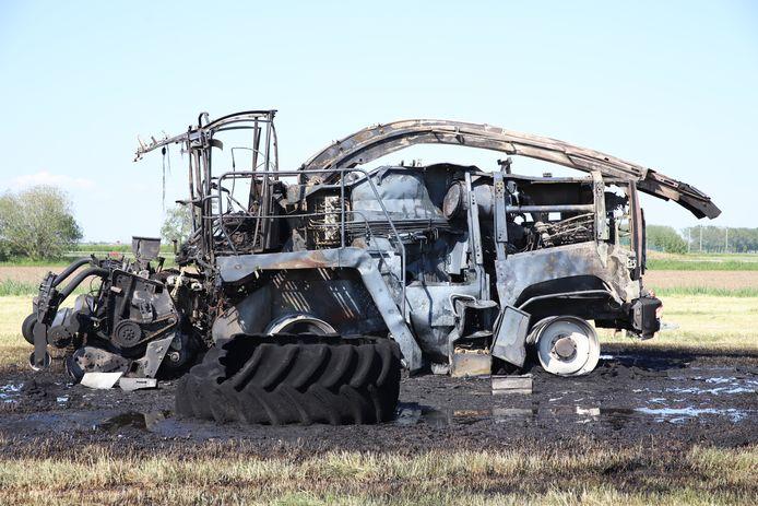 Het landbouwvoertuig in Waardenburg is uitgebrand.