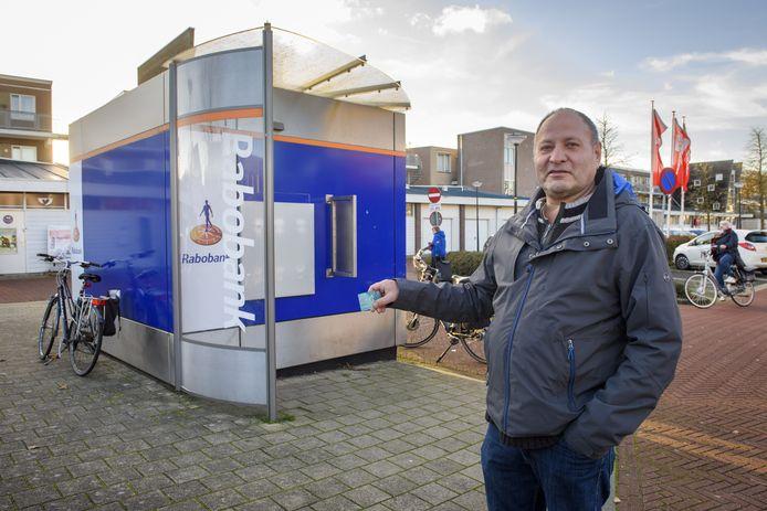 Een balende Willem Morssink bij de gesloten pinbox van de Rabobank in Brummen.