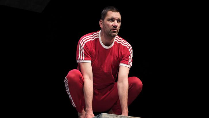 Nieuwe show van Theo Maassen: het mag wel een onsje minder met die lange tenen