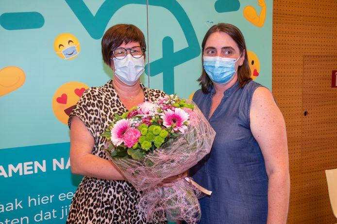 Katrien Jacobs (50) kreeg vandaag het 50.000ste vaccin in het vaccinatiecentrum in Wetteren en bloemen na afloop.