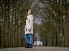 Jonge Almelose Eva ontdekt knobbeltje in borst, pas jaar later wordt borstkanker geconstateerd