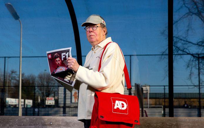 Redactiebode Bram Telders, met 'zijn' AD bij 'zijn' voetbalvereniging Alexandria'66 in Rotterdam.