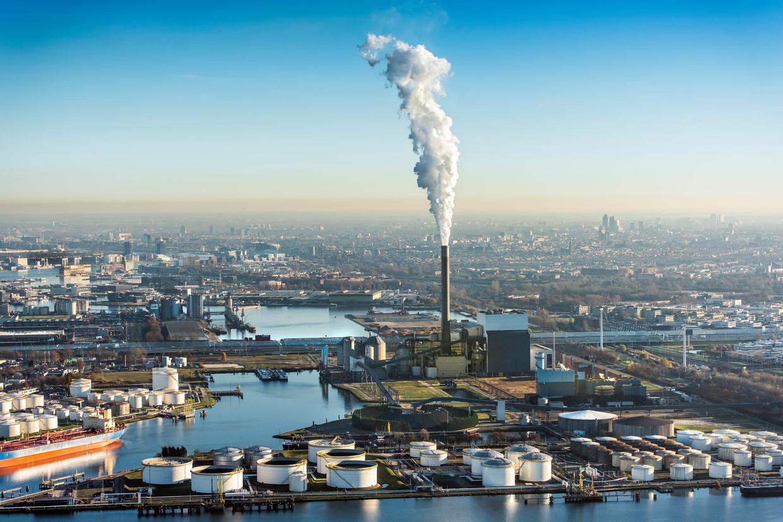 Rokende schoorsteen van de Nuon energie kolencentrale aan de Hemweg in het Westelijk havengebied. Beeld anp