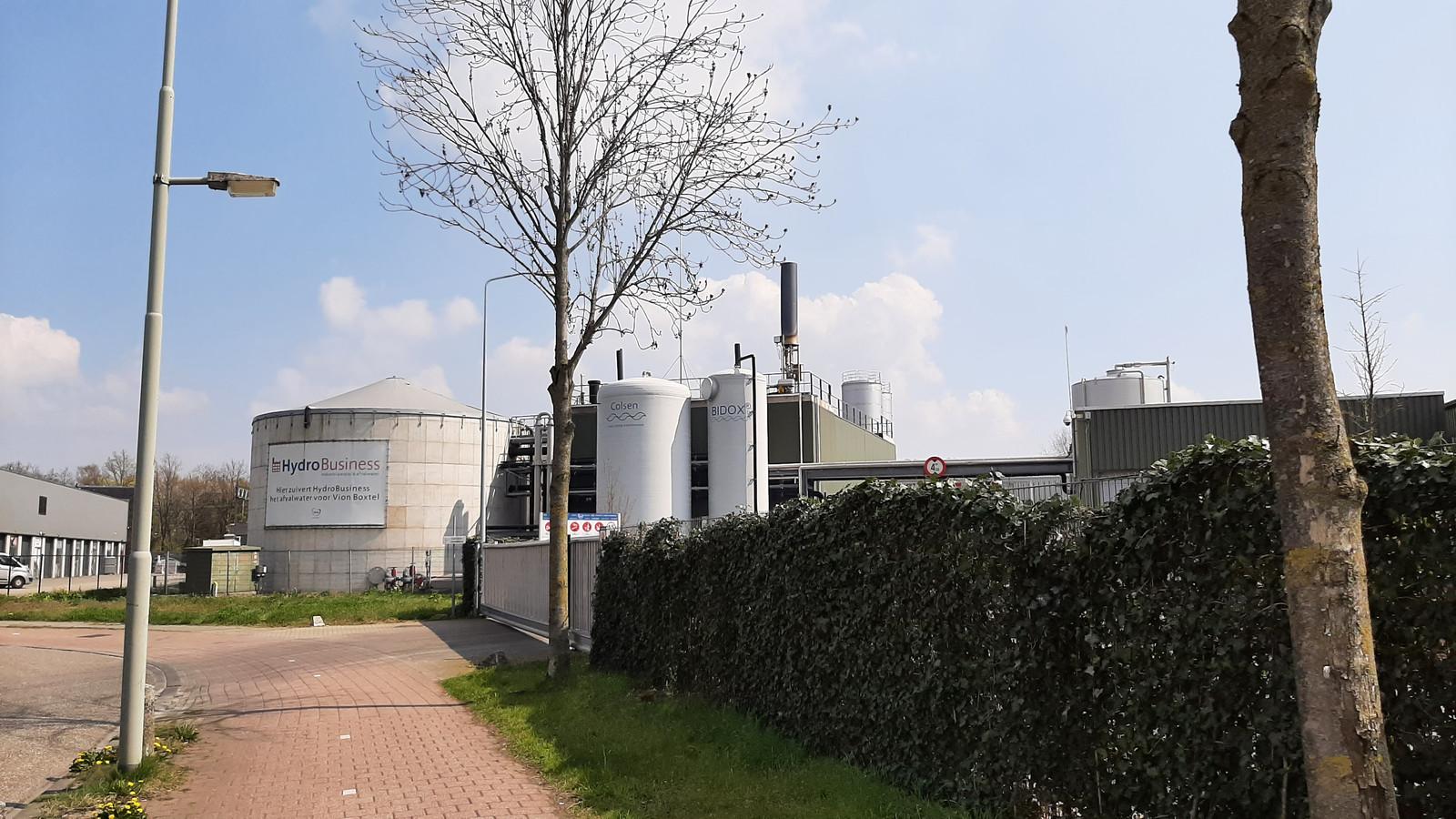 De waterzuiveringsinstallatie van Hydrobusiness op het terrein van Vion. Met op de achtergrond in het midden de twee nieuwe watertanks.