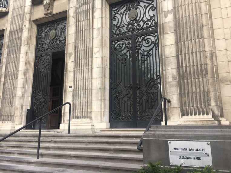 Op de Kortrijkse jeugdrechtbank zorgde de vrouw talloze keren voor problemen.