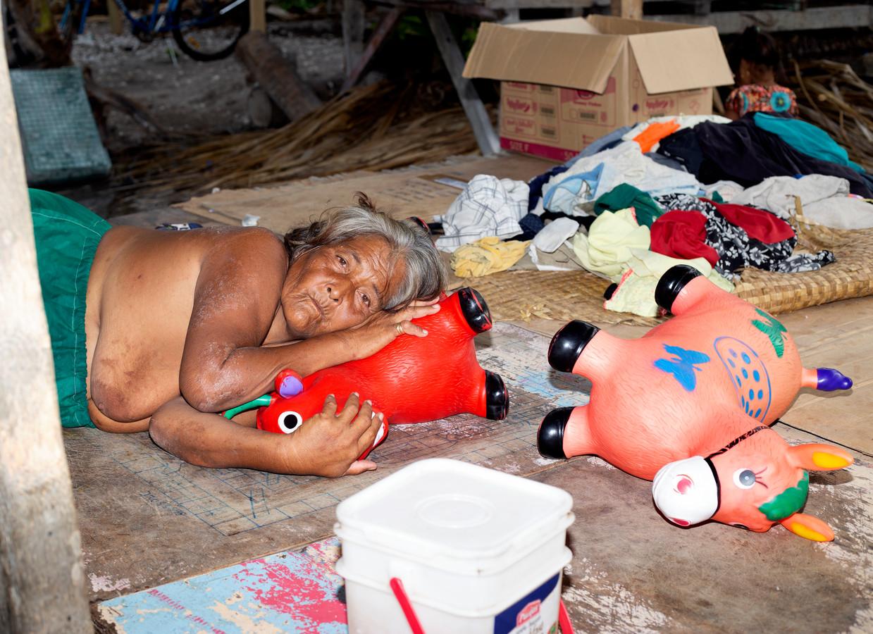 Een dutje doen terwijl zeewater het eiland Tarawa binnenstroomt.