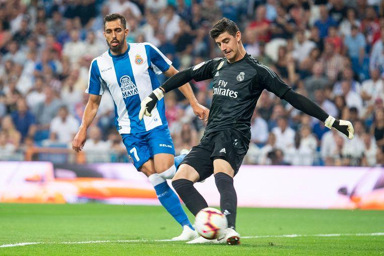 Courtois voetbalt uit met Borja Iglesias die druk zet.
