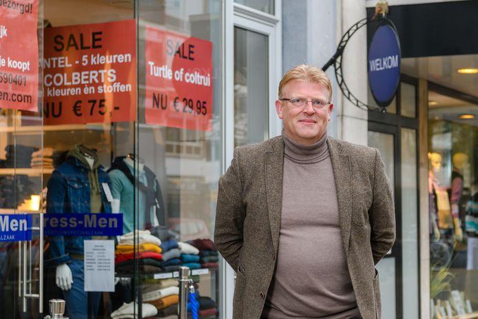 Voorzitter Ronald Schrijvers van Ondernemersvereniging Centrum Zeist voor zijn zaak Dress Men aan de Slotlaan.