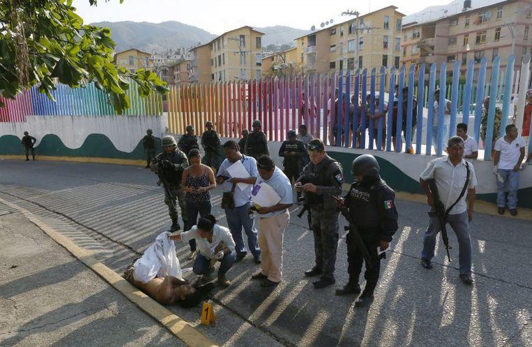 Onderzoek naar een liquidatie in Acapulco. Vorig jaar zijn er twaalf journalisten vermoord vanwege hun werk, dit jaar staat de teller al op vier. Beeld AP