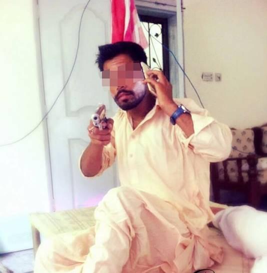 Junaid I. op facebook. Onduidelijk is of het pistool op de foto echt is.