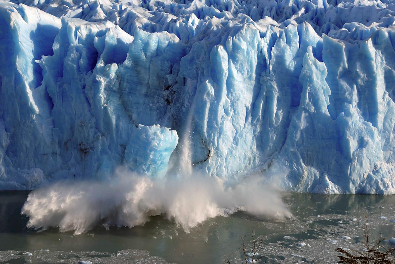 Stukken ijs breken af van de Perito Moreno-gletsjer in Zuid-Argentinië. Beeld REUTERS