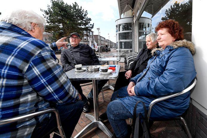 Op het terras voor viswinkel annex praathuis Willem en Toet legt stamgast Koos (links) het nog één keer uit.