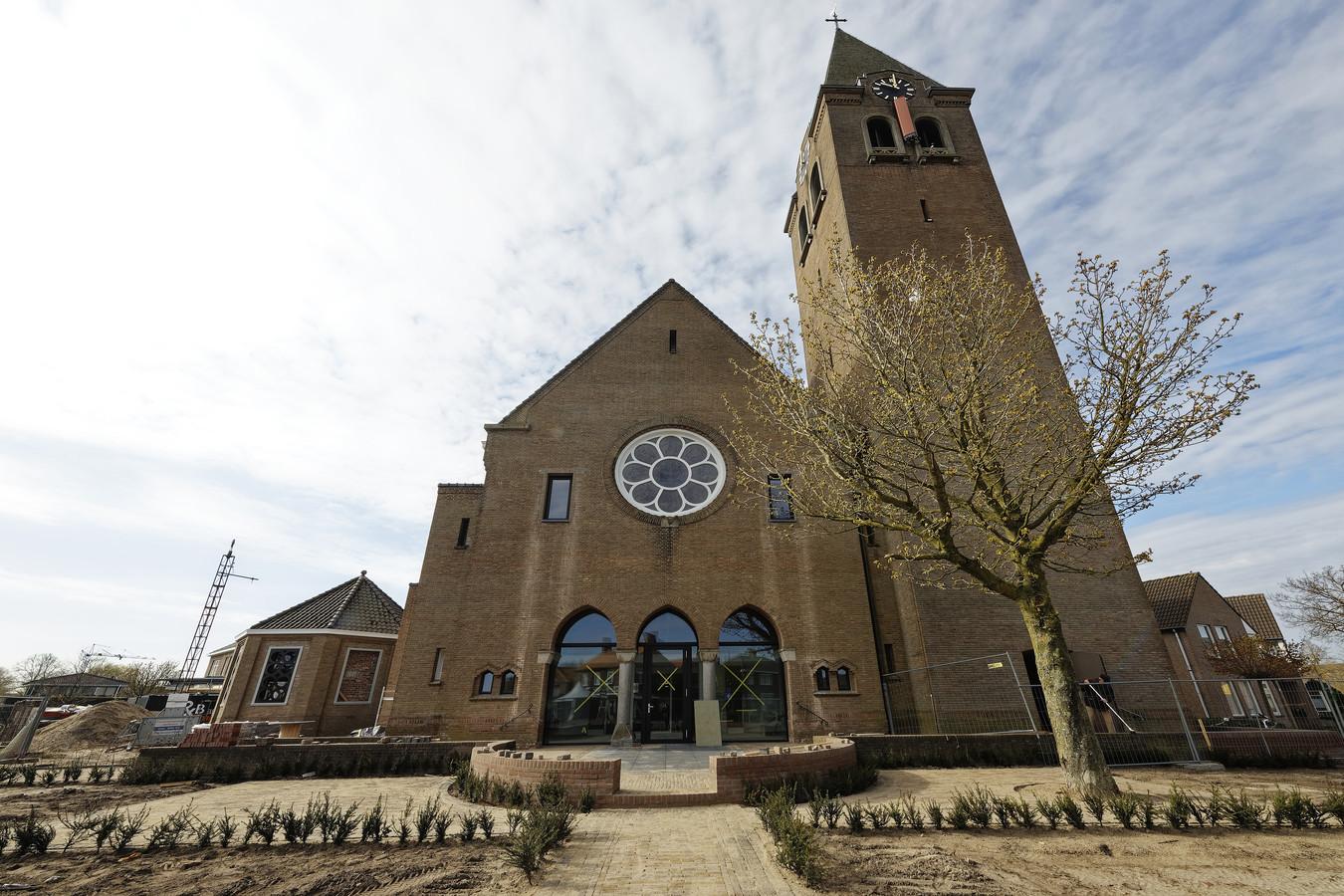 In de oude entree van de Boschwegse kerk in Schijndel zit nu een glazen wand.
