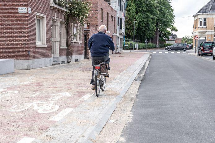 """Auto's rijden op asfalt, maar het fietspad is in klinker aangelegd. """"En dat is minder comfortabel"""", betreurt de Fietsersbond Oudenaarde."""